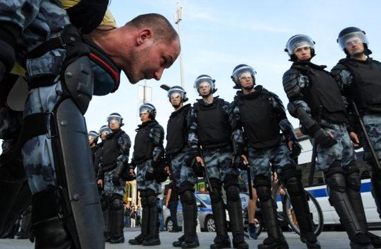 Ellenzéki tüntetőt visznek el a rendőrök Moszkvában 2019. július 27-én #moszkvater