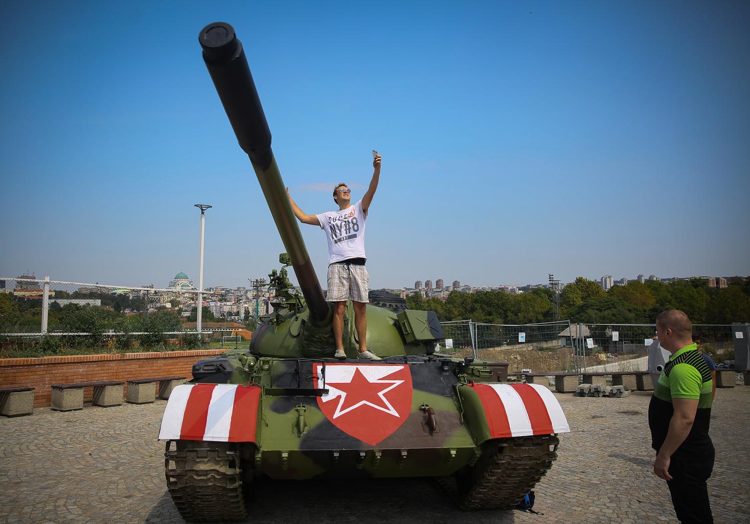 Egy szerb szurkoló pózol a Crvena Zvezda labdarúgó csapat stadionja elé állított T-55-ös tankon a Bajnokok Ligája negyedik fordulójában 2019. augusztus 27-én Belgrádban #moszkvater