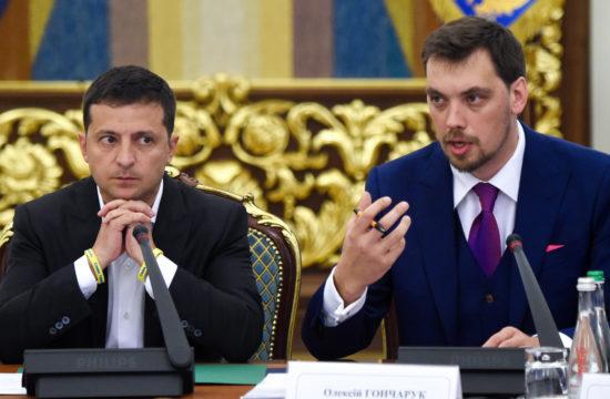 Volodimir Zelenszkij és Olekszij Honcsaruk kormányfő egy sajtótájékoztatón hallgatják az újságírók kérdéseit 2019. szeptember 2-án Kijevben #moszkvater