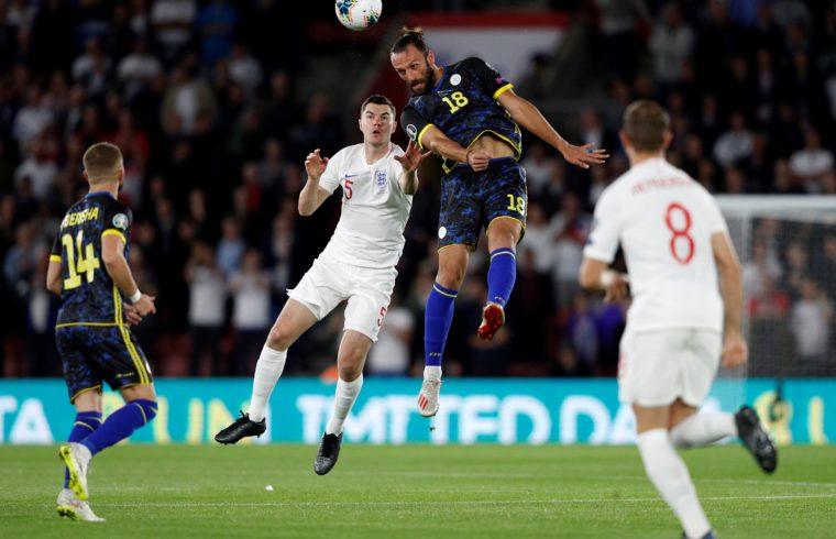 Michael Kane (fehérben) és Vedat Muriqi fejpárbaja a labdáért az Anglia – Koszovó Európa-bajnoki selejtező mérkőzésen 2019. szeptember 10-én Fotó:EUROPRESS/Adrian Dennis/AFP #moszkvater