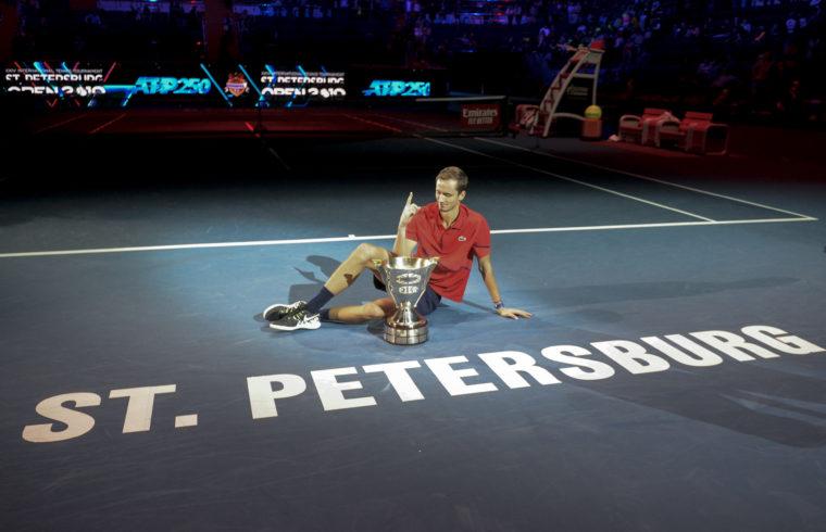 Danyiil Medvegyev a szenpétervári tenisztorna győzteseként pózol 2019. szeptember 22-én #moszkvater