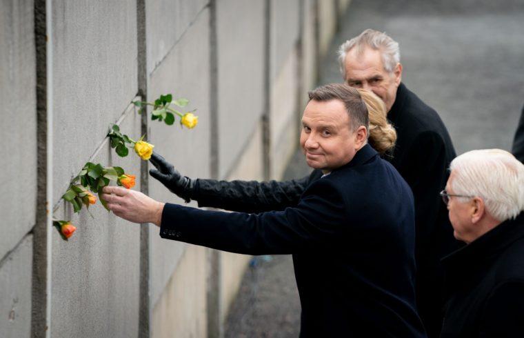Andrzej Duda elhelyezi a Berlini fal emlékhelyen a megemlékezés virágát 2019. november 9-én Berlinben, a berlini fal leomlásának 30-ik évfordulójának ünnepi megemlékezésén #moszkvater