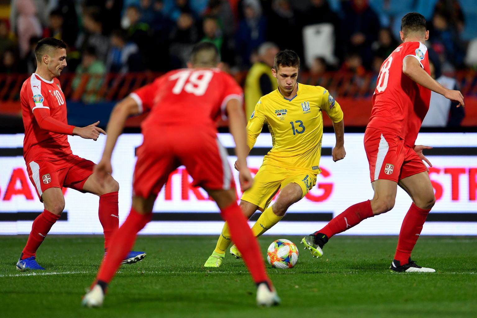Volodimir Sepelev labdával a szerb védők között a Szerbia – Ukrajna Európa-bajnoki kvalifikációs mérkőzésen Belgrádban 2019. november 17-én #moszkvater