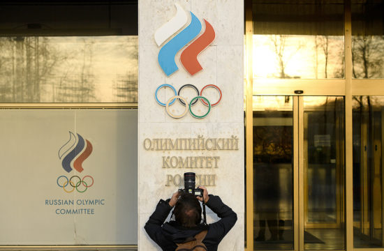 Egy újságíró fotózza az Orosz Olimpiai Bizottság moszkvai székhelyét 2019. november 23-án #moszkvater