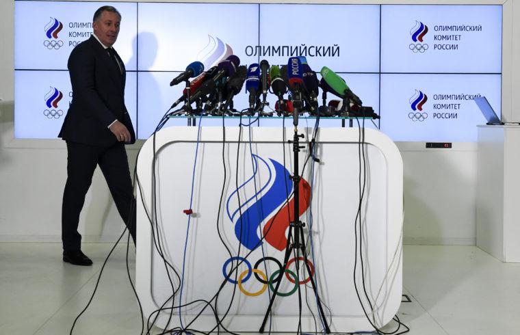 Sztanyiszlav Pozdnyakov, az Orosz Olimpiai Bizottság elnöke érkezik moszkvai sajtótájékoztatójára a WADA döntését követően 2019. december 9-én #moszkvater