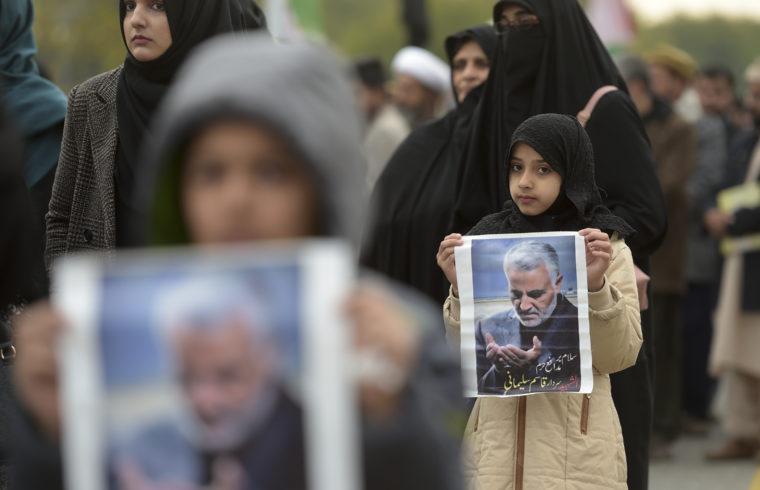 Az iráni vezetés kulcsfigurájának, a meggyilkolt Kászim Szulejmáni képével demosntrálnak Iszlámábádban a tüntetők 2020. január 3-án #moszkvater