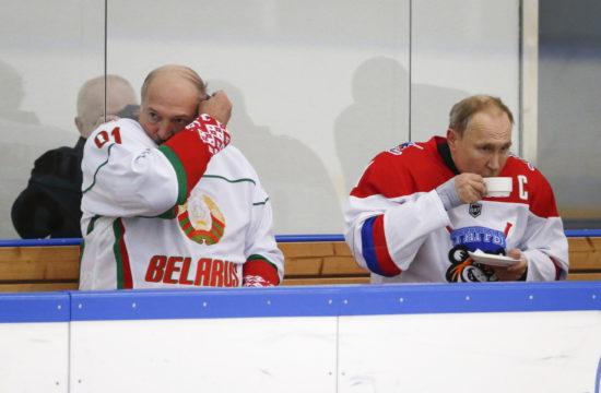 Alekszander Lukasenko és Vlagyimir Putyin a kispadon egy Szocsiban rendezett hokimeccsen 2020. február 7-én #moszkvater