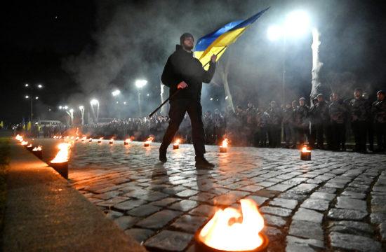 """""""A társadalom egyik részének a szemében a """"szláv testvérek"""" vagyunk, míg a másikban """"banderista fasiszták"""", propagandisták, akik elárulták a szláv testvériséget"""" A képen az Ukrán Nemzeti Önkéntes Hadosztály egyik tagja viszi az ukrán zászlót Kijevben, a csoportjuk megalakulásának harmadik évfordulójára rendezett ünnepségen 2020. február 28-án #moszkvater"""
