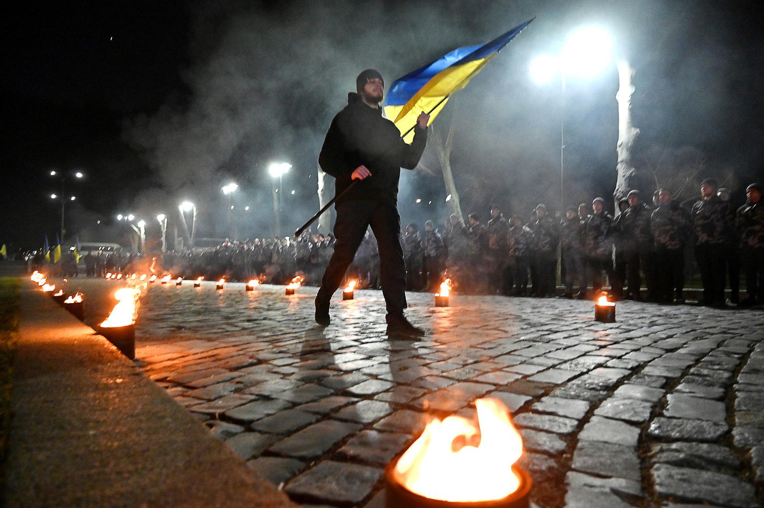 """""""A társadalom egyik részének a szemében a """"szláv testvérek"""" vagyunk, míg a másikban """"banderista fasiszták"""", propagandisták, akik elárulták a szláv testvériséget"""" A képen az Ukrén Nemzeti Önkéntes Hadosztály egyik tagja viszi az ukrán zászlót Kijevben, a csoportjuk megalakulásának harmadik évfordulójára rendezett ünnepségen 2020. február 28-án #moszkvater"""