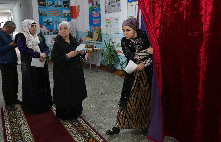 Egy asszony hagyja el a szavazófülkét Dusanbében a parlamenti választásokon 2020. március 1-én #moszkvater