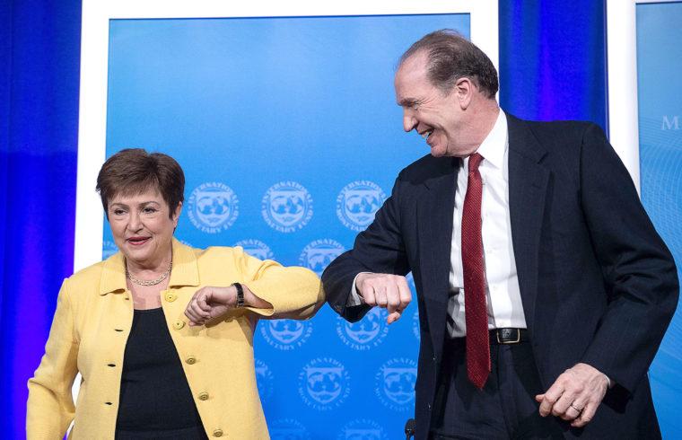 Kristalina Georgieva az IMF ügyvezető igazgatója és David Malpass a Világbank csoport elnöke üdvözlik egymást a könyökük összeérintésével közös sajtótájékoztatójuk végén Washingtonban, 2020. március 4-én #moszkvater