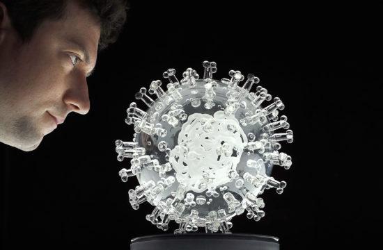 Luke Jerram, brit művész bristoli stúdiójában nézi üvegből készült legújabb alkotását, mely a Covid-19, koronavírust ábrázolja #moszkvater