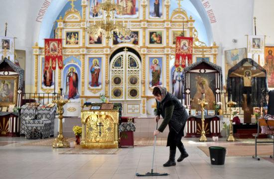 Egy ortodox templomban takarít fertőtlenítővel egy alkalmazott mise után Ashmianyban, MInszktől 130 kilométerre 2020. március 22-én #moszkvater
