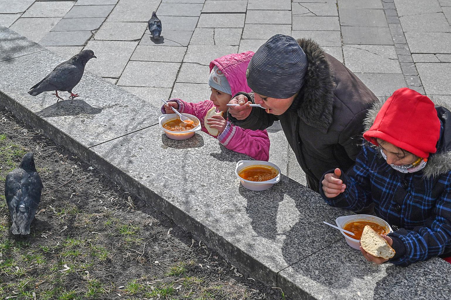 Ingyenebédet eszik egy család a kijevi Függetlensé terén 2020. április 1-jén #moszkvater