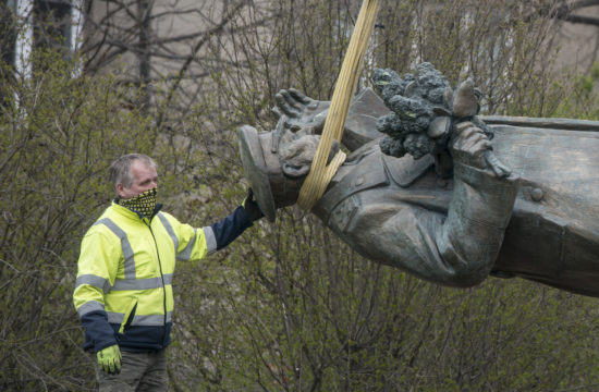 Egy munkás felügyeli Konyev marsall szobrának eltávolítását Prágában 2020. április 3-án #moszkvater