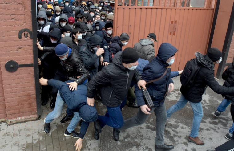 Védőmaszkot viselő migránsok sietnek megújítani oroszországi munkavállalási és tartózkodási engedélyüket nyitáskor a szentpétervári migrációs központban 2020. április 3-án #moszkvater