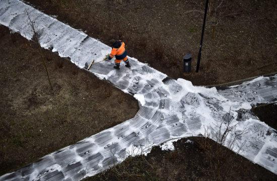 Egy közmunkás tisztítja és fertőtleníti a járdát a koronavírus elleni védekezés miatt Moszkvában 2020. április 5-én #moszkvater