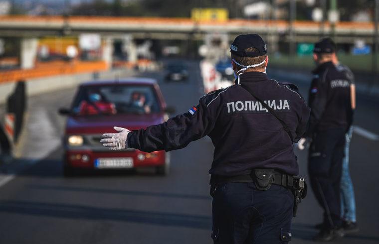 Rendőrök ellenőrzik a kijárási tilalom ideje alatt egy Belgrádból kivezető úton az autósokat 2020. április 10-én #moszkvater
