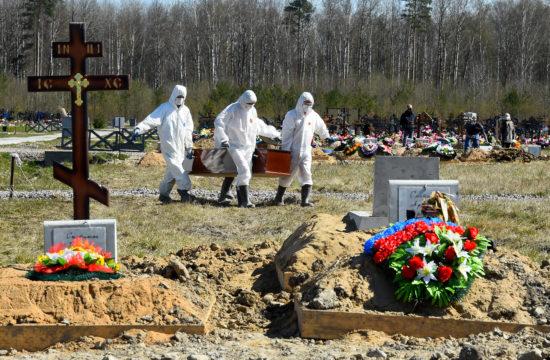 Temetői alkalmazottak viszik egy koronavírus fertőzésben elhunyt koporsóját egy szentpétervári temetőben 2020. május 6-án #moszkvater