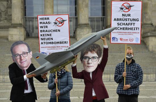 Aktivisták tiltakoznak Annegret Kramp-Karrenbauer német védelmi miniszter és Heiko Maas német külügyminiszter maszkjában a német kormány által tervezett amerikai F-18-as vadászrepülőgépek vásárlása ellen Berlinben 2020. május 7-én a Bundestag épülete előtt #moszkvater