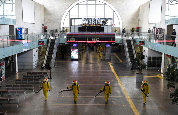 Védőruhába öltözött munkások fertőtlenítik a moszkvai Leningradszkaja vasútállomást 2020. május 19-én #moszkvater
