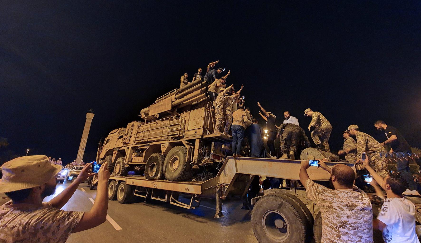 A nyugat-líbiai Al-Vatija légibázisra érkeznek az egységkormány erői az Emirátusoktól beszerzett Pancir-Sz1 légvédelmi rendszerrel, melyet a MAN teherautó alváz különböztet meg az orosz változatoktól #moszkvater