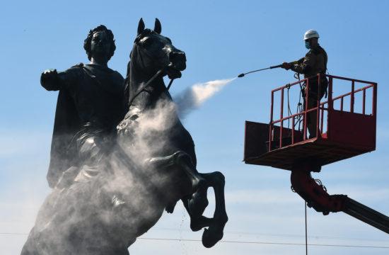 Maszkos munkás mossa Nagy Péter bronzszobrát 2020. május 26-án Szentpéterváron #moszkvater