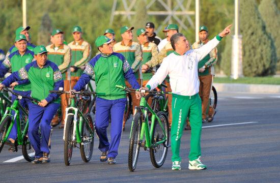 A kerékpáros világnapon 2020. június 3-án Ashabadban maga az elnök, Gurbanguly Berdimuhammedov elnök vezette a felvonuló sportolókat. Természetesen maszk nélkül... #moszkvater