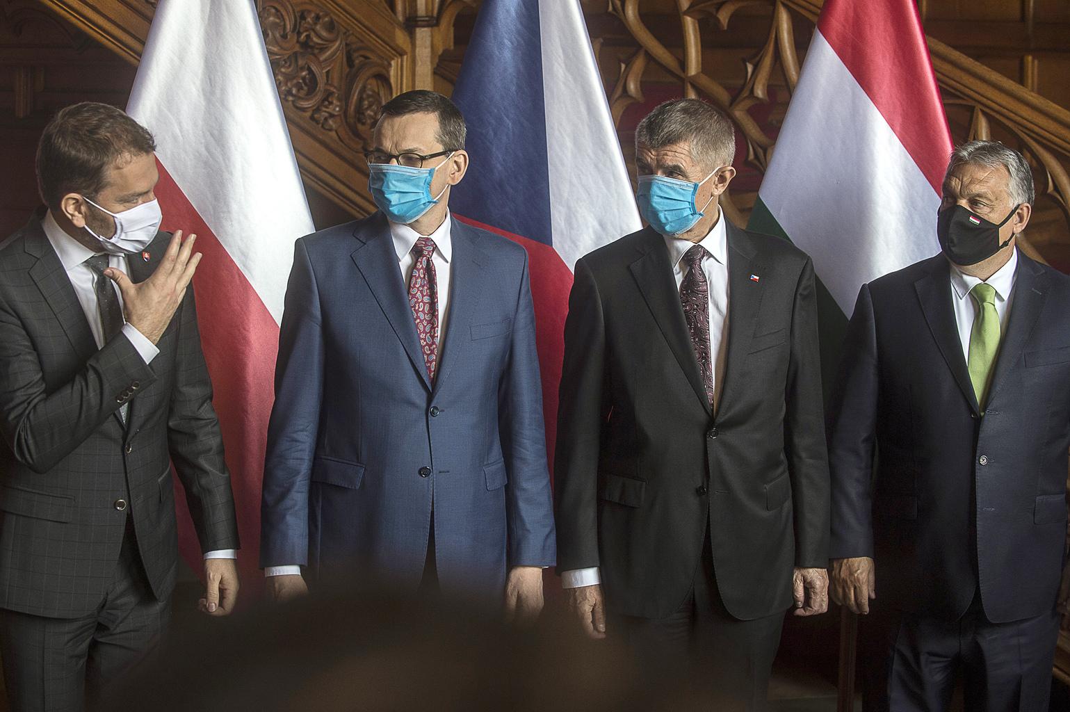 Igor Matovic szlovák, Mateusz Morawiecki lengyel, Andrej Babis cseh és Orbán Viktor magyart miniszterelnökök maszkban tartanak közös sajtótájékoztatót a V4 csoport lednicei, Csehországban tartott megbeszélése után 2020. június 11-én Fotó:EUROPRESS/AFP/Michal Cizek #moszkvater