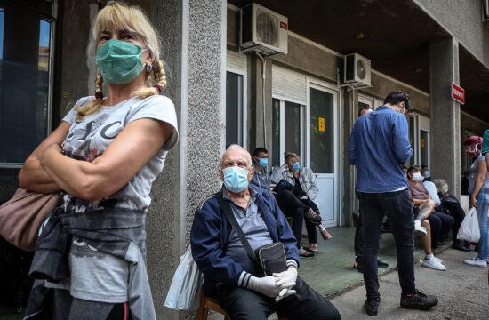 Orvosi vizsgálatra váró emberek a belgrádi fertőző betegségek klinikáján 2020. május 24-én #moszkvater