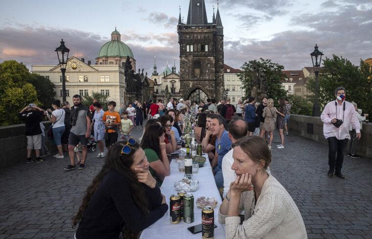 """""""A """"Megterített híd"""" elnevezésű közös vacsorát Ondrej Kobzaprágai kávéház tulajdonos és közéleti aktivista szervezte meg"""" #moszkvater"""