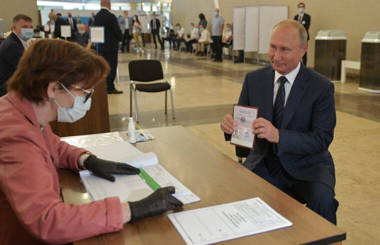 Vlagyimir Putyin orosz államfő igazolja magát a választási bizottság előtt, az orosz alkotmány módosítására kiírt népszavazáson Moszkvában 2020. július 1-én #moszkvater