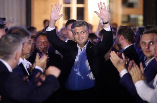 Andrej Plenković kormányfő ünnepel a horvát választások megnyerése után Zágrábban 2020. július 5-én #moszkvater