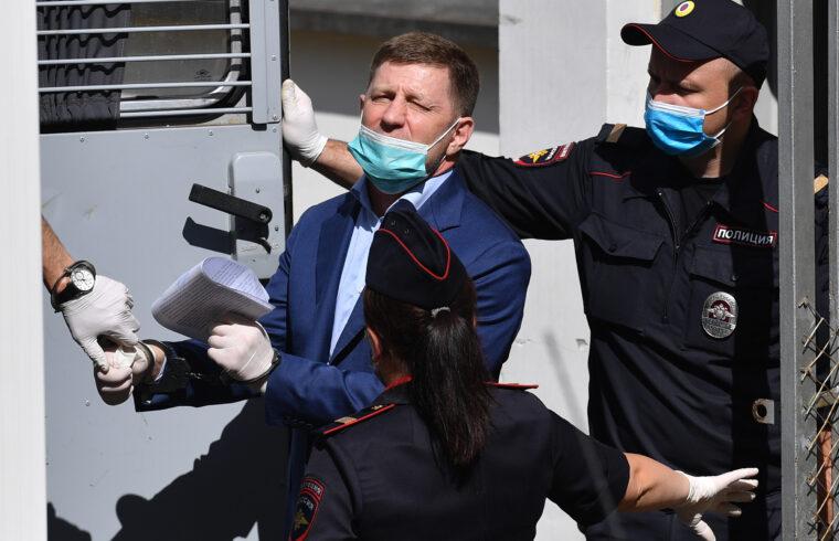 Bilincsben viszik el Szergej Furgal habarovszki kormányzót moszkvai tárgyalása után 2020. július 10-én #moszkvater