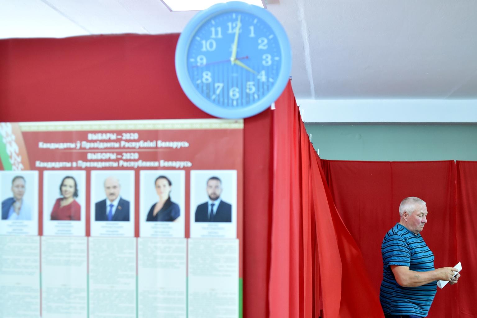 Egy férfi megy leadni szavazatát a Belarusz elnőkválasztás előválasztásán 2020. augusztus 4-én, Hlybokaye városában, MInszktől 170 kilométerre #moszkvater