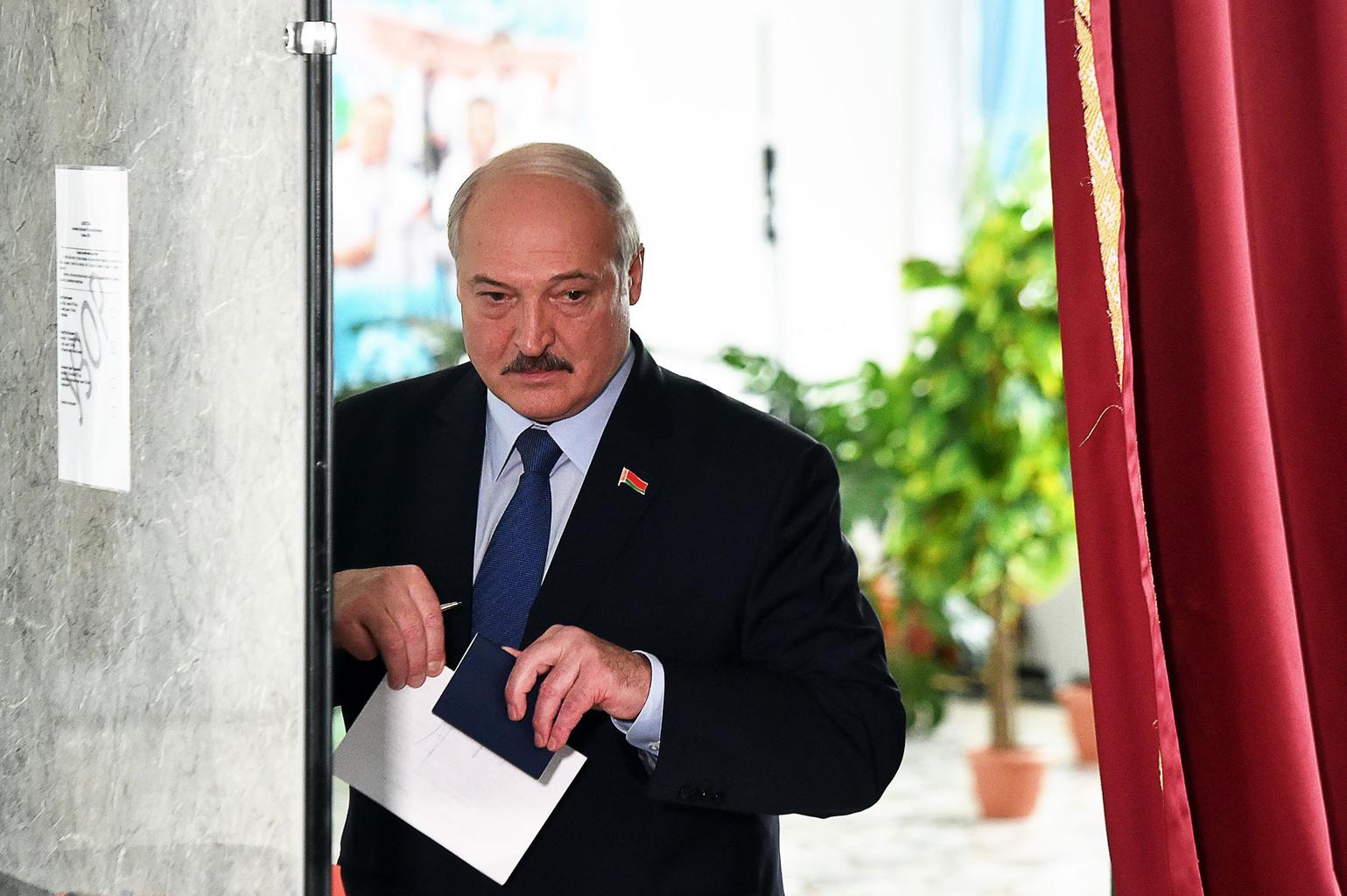 Alekszandr Lukasenko leadja szavazatát a belarusz elnökválasztáson Minszkben, 2020. augusztus 9-én #moszkvater
