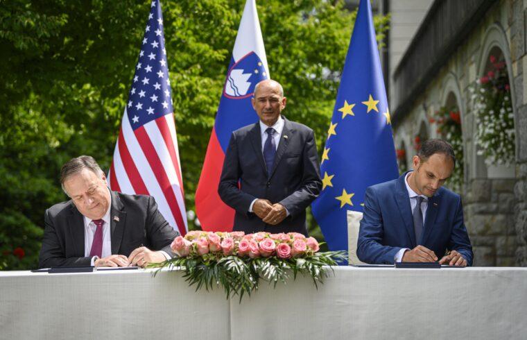 Janez Jansa szlovén miniszterelnök (középen) asszisztenciája mellett írja alá az együttműködési megállapodást Mike Pompeo amerikai és Anže Logar szlovén külügyminiszter a Bledi-tó partján tartott találkozójukon 2020. augusztus 13-án #moszkvater