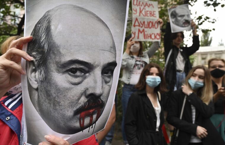 """""""Lukasenko nem csupán azért szúrja sokaknak a szemét az orosz vezetésen belül, mert a többirányú külpolitikát a gyakorlatba is átültette, jó kapcsolatokat építve ki Kínával, és normalizálva viszonyát a nyugati államokkal, hanem azért is, mert többször is szembe ment az orosz oligarchia érdekeivel, és féltve őrzi a gazdaság sajátos, állami tulajdonra épülő szerkezetét"""" #moszkvater"""