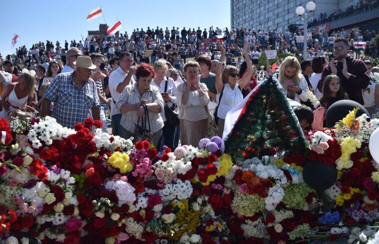 A belarusz tüntetések első halálos áldozatára, Andrej Tarajkovszkira emlékeznek MInszk központjában a demonstrálók 2020. augusztus 15-én #moszkvater