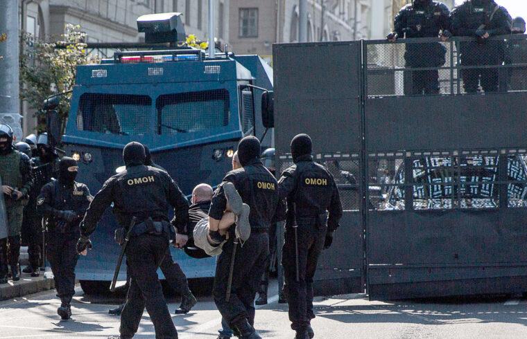 Egy tüntetőt hurcolnak el a tüntetésről a különleges erők rendőrei Minszkben 2020. augusztus 30-án #moszkvater