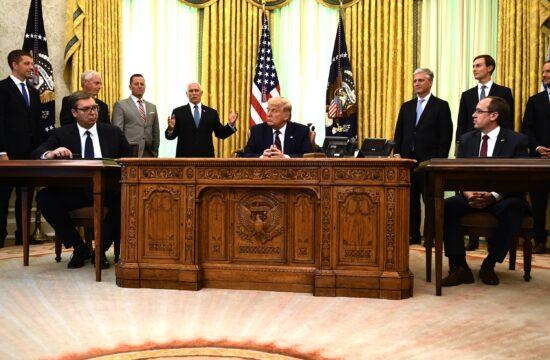 """Két napig tartó tárgyalás után, Donald Trump elnök jelenlétében, a Fehér Ház híres """"ovális irodájában"""" írta alá a dokumentumot Avdullah Hoti koszovói miniszterelnök és Alekszandar Vucsics szerb államfő 2020. szeptember 4-én #moszkvater"""