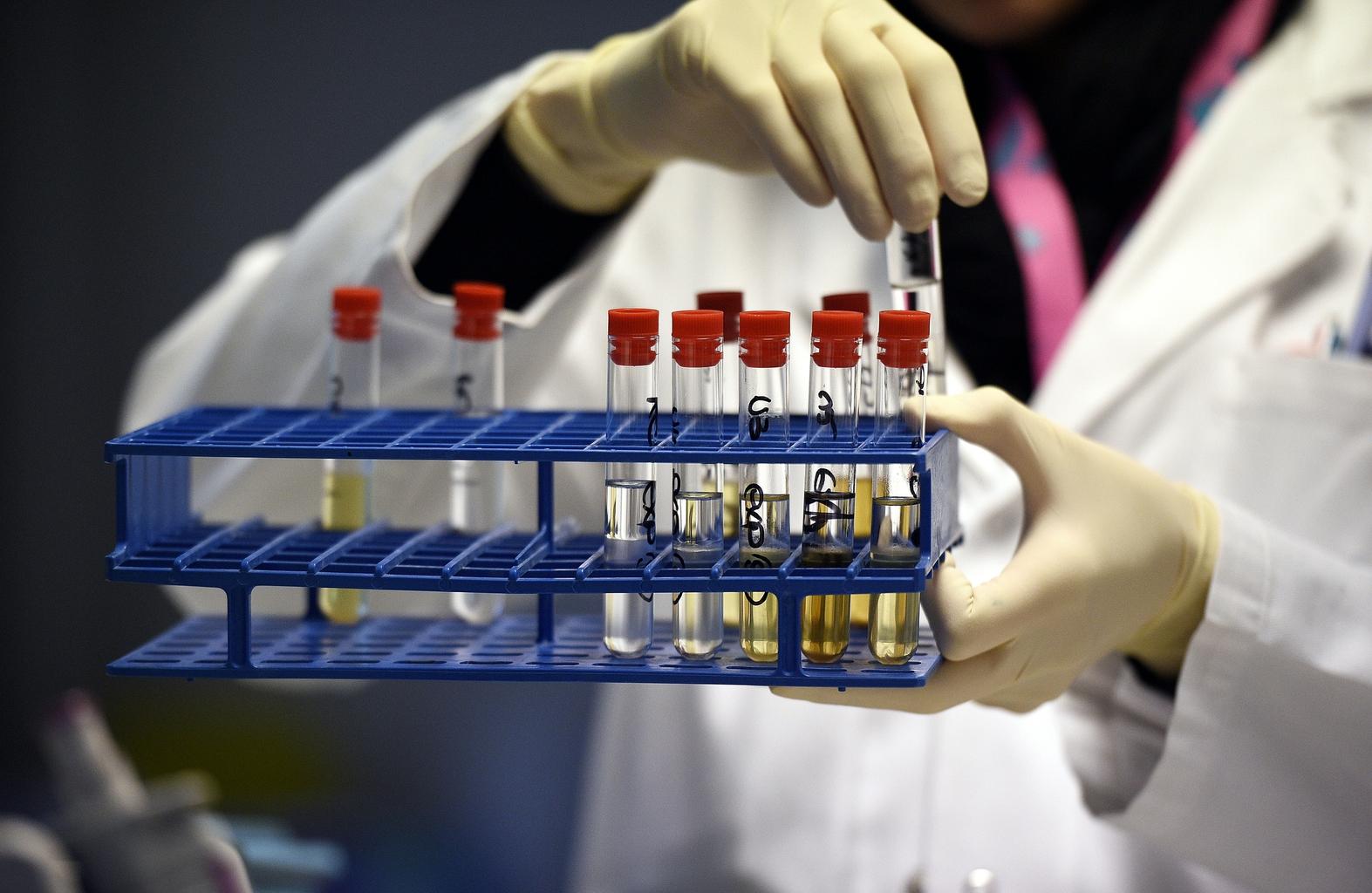 Doppingvizsgálatra készítenek elő sportolóktól levett vérmintákat egy franciaországo doppinglaborban 2015-ben #moszkvater