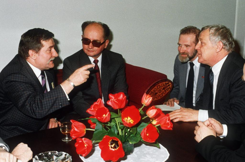 Lech Walesa a Solidarnosc vezetője, Wojciech Jaruzelski lengyel elnök, Bronislaw Geremek, Walesa tanácsadójaként és a lengyel miniszterelnök, Mieczysclaw Rakowski 1989. áprilisában Varsóban Fotó:EUROPRESS/AFP #moszkvater