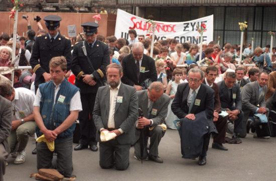 Térdelő hívek II. János Pál pápa lengyelországi útja során Varsóban, 1989-ben #moszkvater