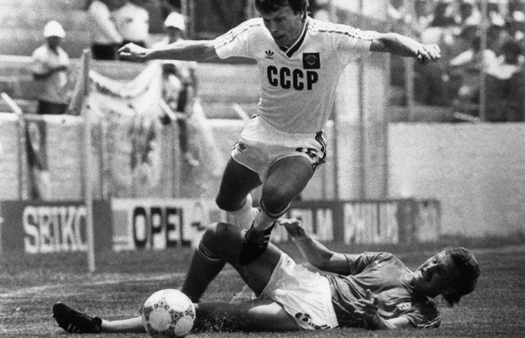 Igor Belanov ugorja át Esterházy Mártont 1986. június 2-án az irapuatói stadionban rendezett Szovjetunió – Magyarország világbajnoki labdarúgó mérkőzésen #moszkvater