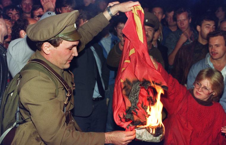 Szovjet zászlót égető tüntető a moszkvai puccs idején 1991. augusztus 23-án #moszkvater