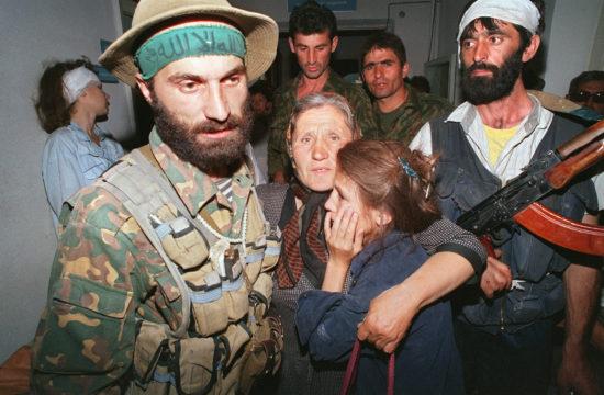 Samil Baszajev túszok gyűrűjében 1995. június 14-én a dél-oroszországi Bugyonnovszk városának kórházában #moszkvater