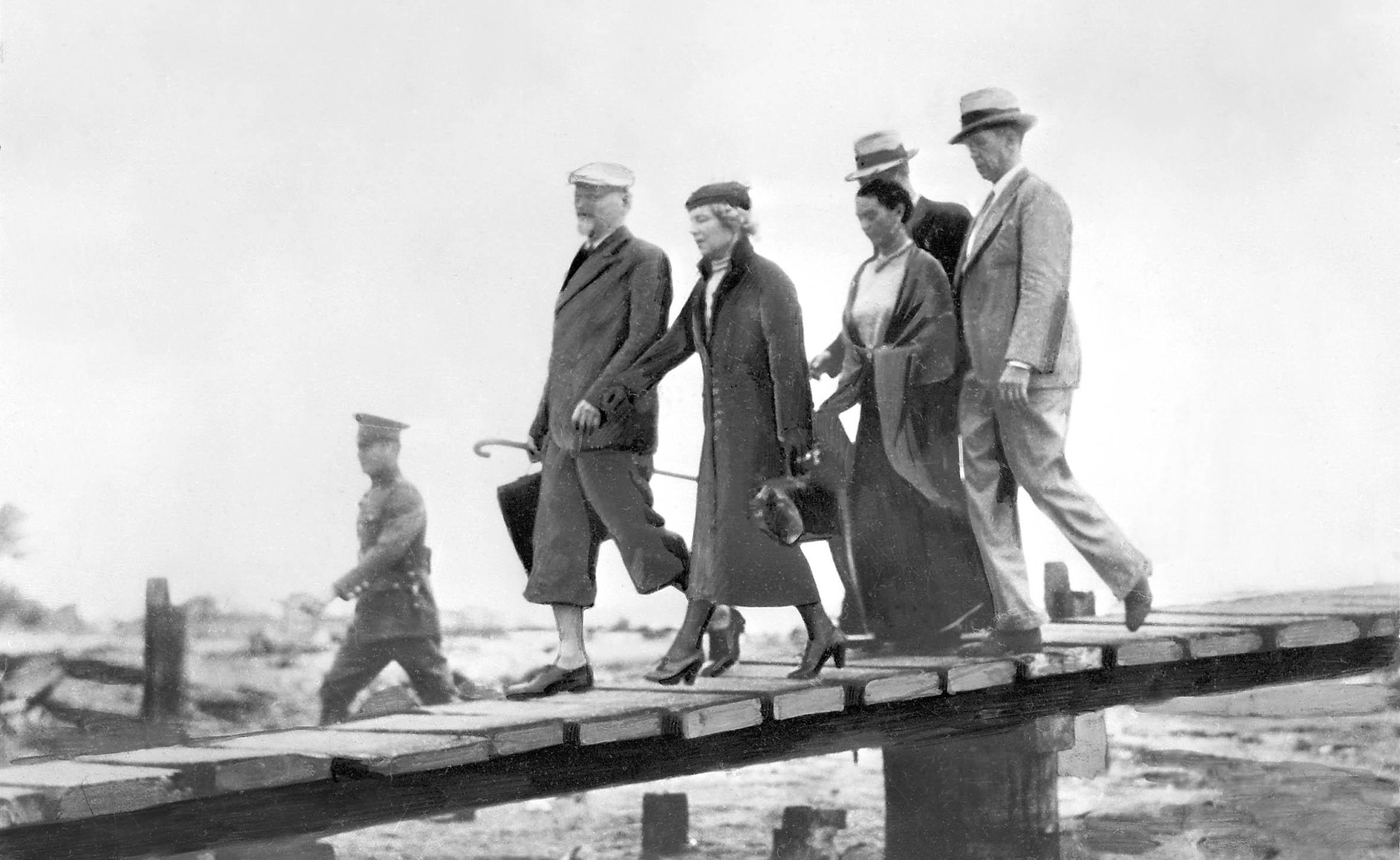 Trockij (balra), felesége érkezése Mexikóba 1937. január 24-én. Mellettük Frida Kahlo #moszkvater