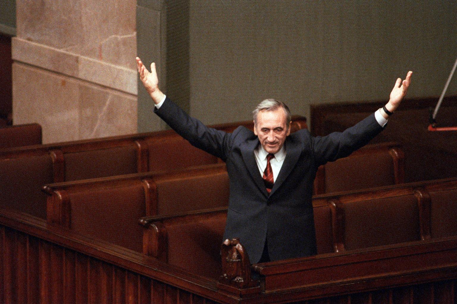 Tadeusz Mazowiecki miniszterelnök 1989. szeptember 12-én a lengyel parlamentben ünnepli megválasztását #moszkvater