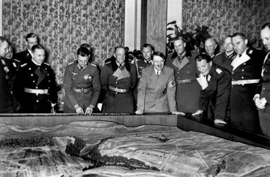 Hitler és vezérkara egy háromdimenziós terepasztal felett tervezik a jövőt 1939-ben #moszkvater